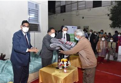 Dr. Harsh Vardhan distributed woolen blankets, masks and soaps among the destitute persons 1